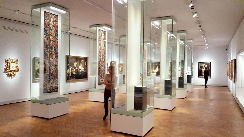 Sztuka posoborowa jest prezentowana w trójnawowym wnętrzu halowym - zupełnie ahistorycznie.